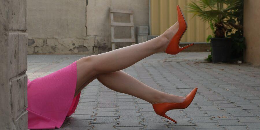 Frau mit roten High Heels und Rock