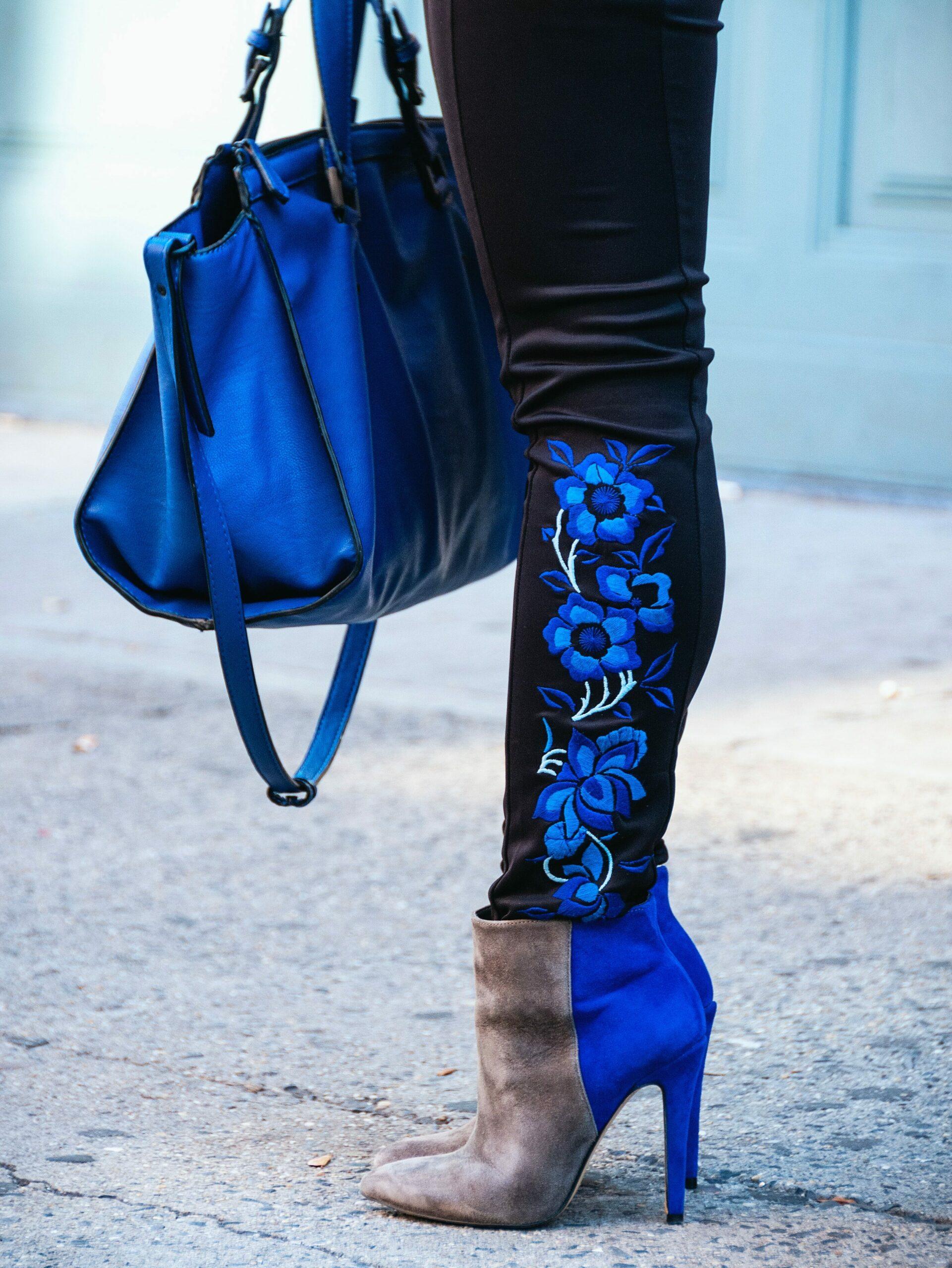 Stiefelette mit unterschiedlichen Materialien in Braun und Blau